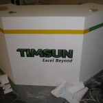 玖陽大圖輸出-您看得到的廣告輸出都在玖陽 (2013年體育展、機車展、汽車零件展 展場 櫃位PVC貼圖)
